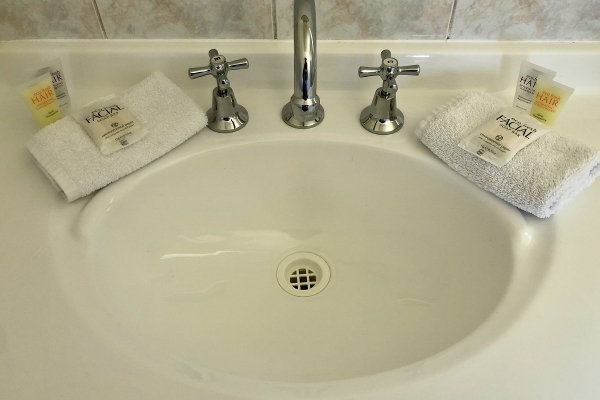cabin-1-bathroom-toiletries-1200pxFEBCB649-1112-F6B0-181A-E9F0FFF80F20.jpg