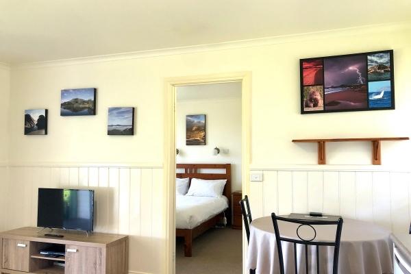 cabin-2-living-to-bed-1200pxF1C4B3D4-65F4-FC52-94B4-93CCD52BBF8A.jpg