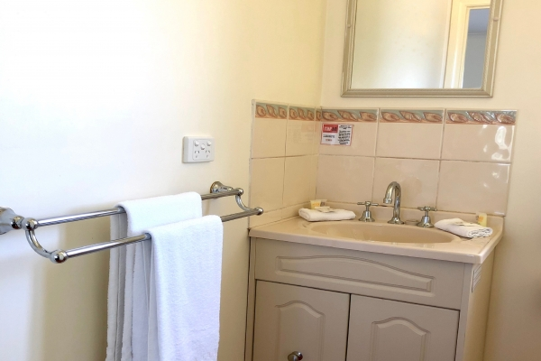 c3-bathroom-vanity7FF4550B-6FE7-E1CD-CE21-F27756AECB8B.jpg